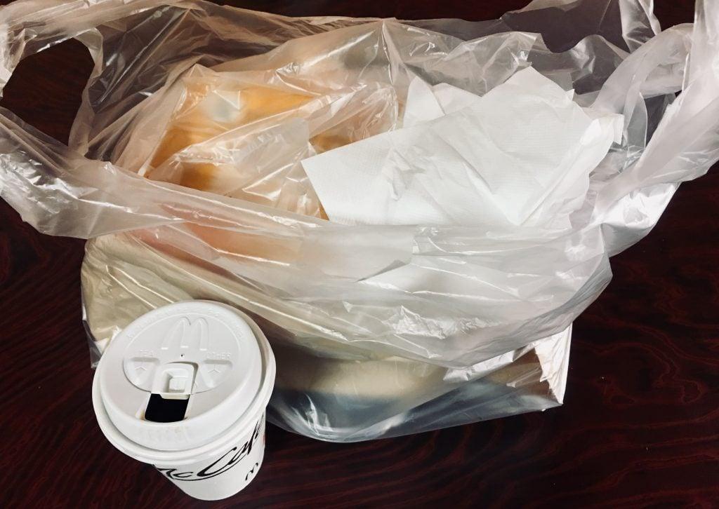 朝マックを全部ビニール袋に詰めた