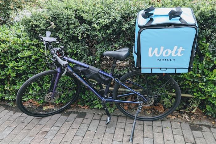 Wolt(ウォルト)配達バッグを自転車の荷台に乗せる