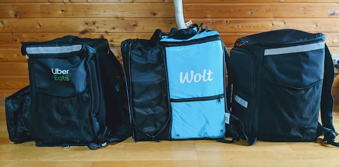 Wolt(ウォルト)とUber Eats(ウーバーイーツ)配達バッグ 比較写真 横から 拡張時